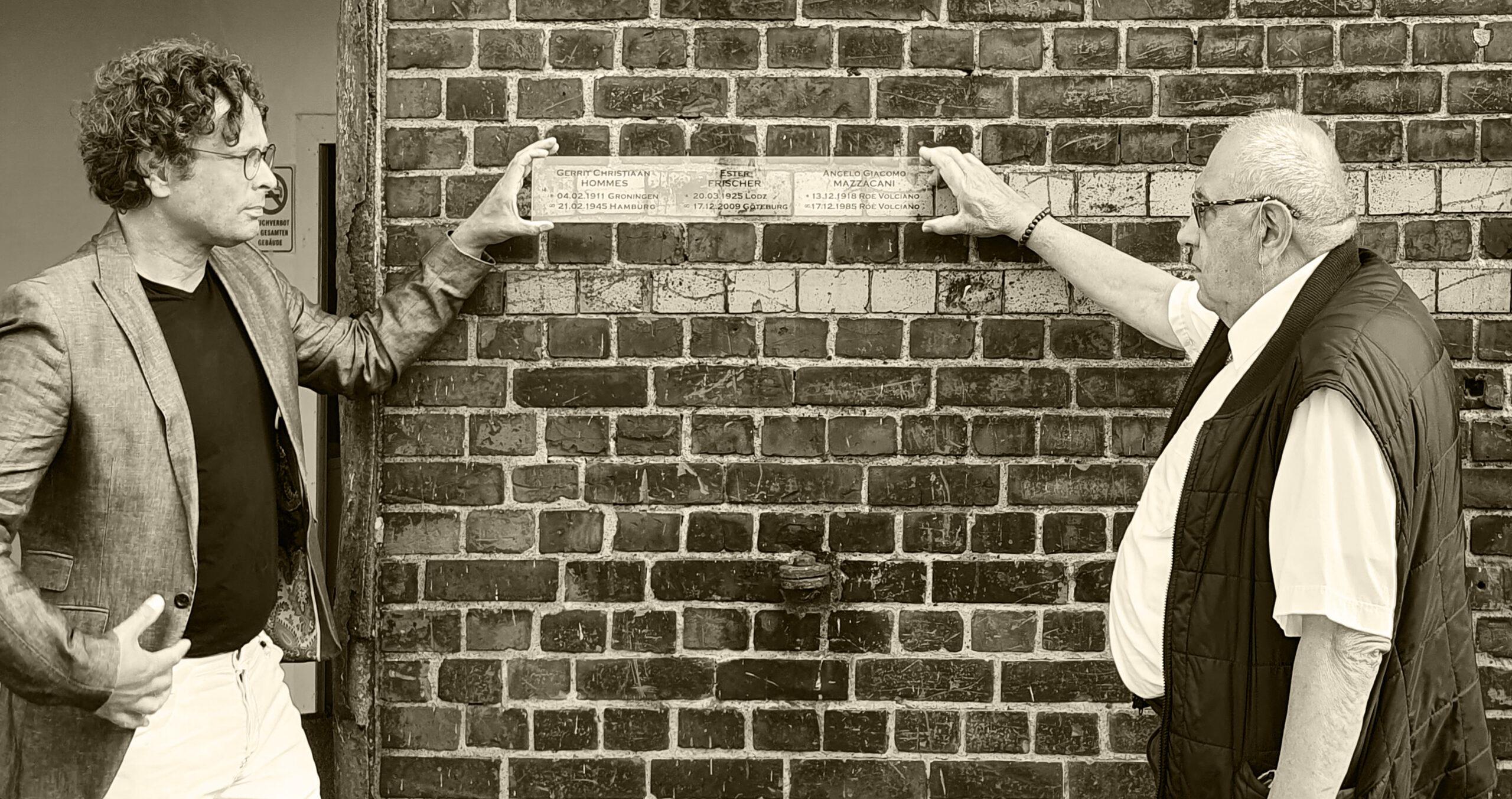 Floris, Mario, Schild an der Wand